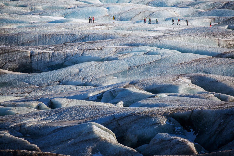 Toursiten bei einer geführten Gletschertour im Vatnajökull Nationalpark