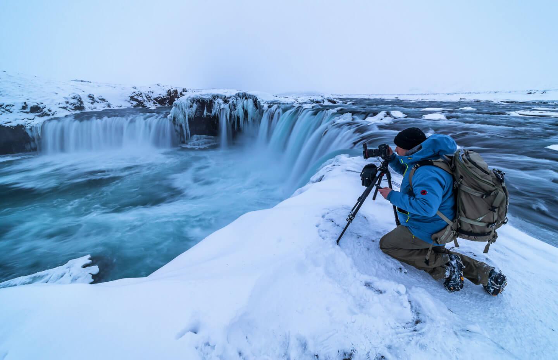 Fotograf Florian Läufer am Godafoss Wasserfall auf Island