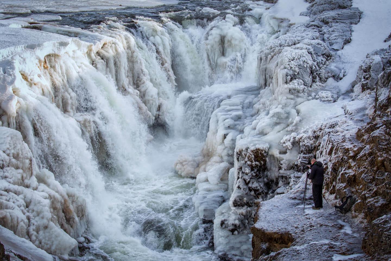 Schon den Fotografen unten rechts am winterlichen Kolufossar erkannt?