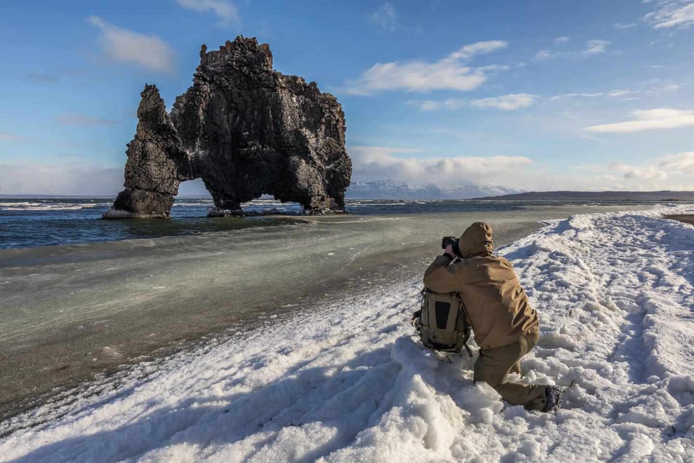Der Basaltfelsen Hvitserkur bei Eis und Schnee im Winter