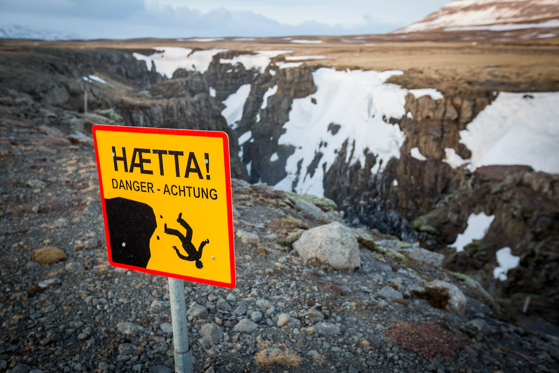 Nichts für Höhenangst - in der Schlucht am Kolufossar gibt es keine Absperrungen