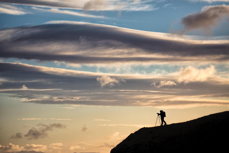 Fotoreise Island – Fotograf vor eindrucksvoller Kulisse