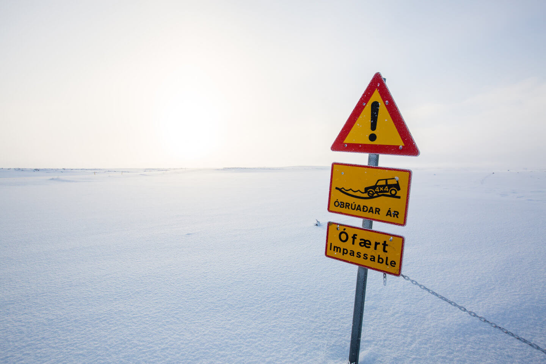 Wer island im Winter bereist, hat es oft mit gesperrten Straßen zu tun. Hier wegen frischem Schneefall