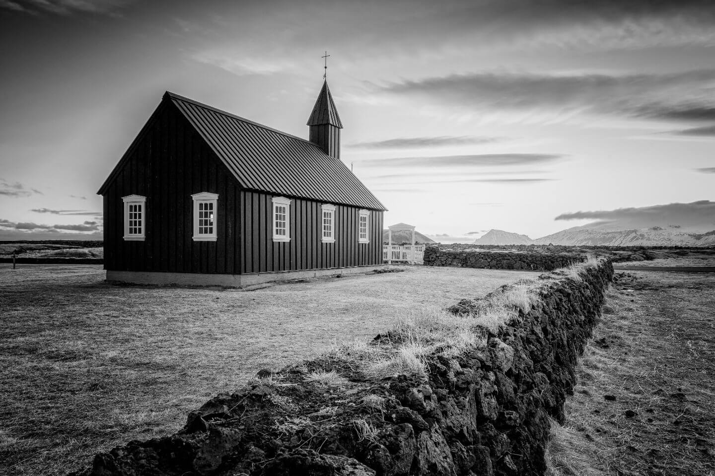 Schwarze Kirche in Budir, schwarzweiss