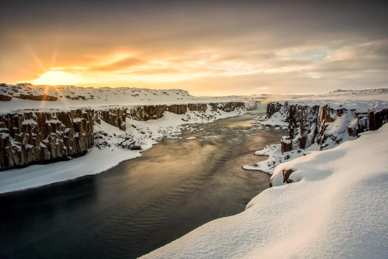 Im Winter führt der Selfoss ausgesprochen wenig Wasser und büßt dadurch reichlich von seiner sonst imposanten Erscheinung ein