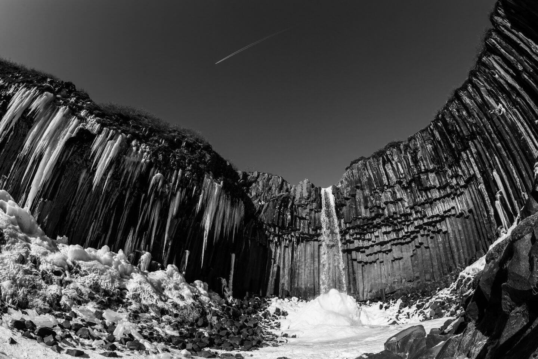 Der Svartifoss mit Eiszapfen im Winter