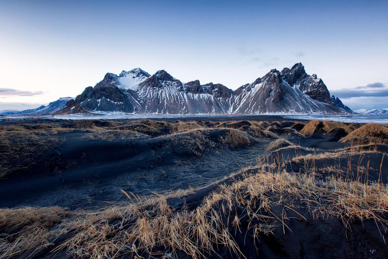 Das Vestrahorn kurz nach Sonnenuntergang im Winter