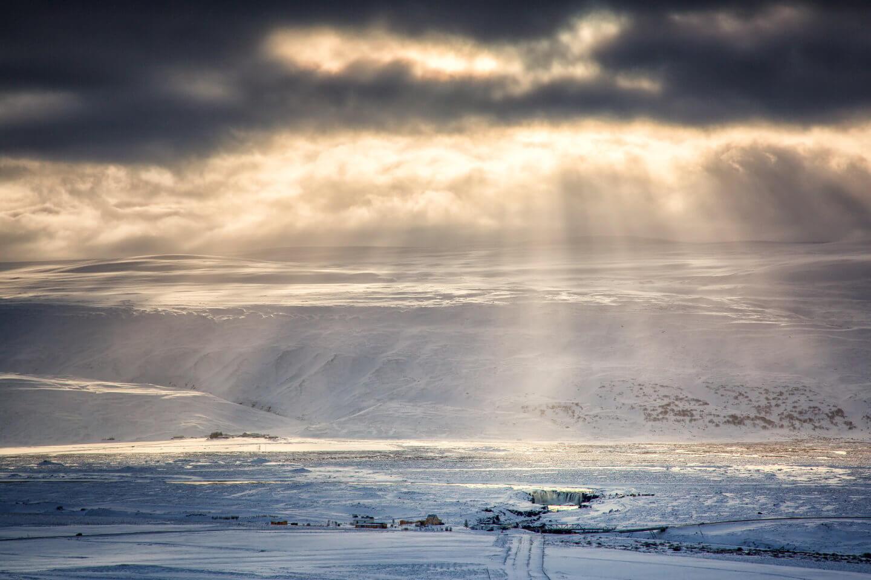Godafoss in der winterlichen Landschaft Islands eingebettet