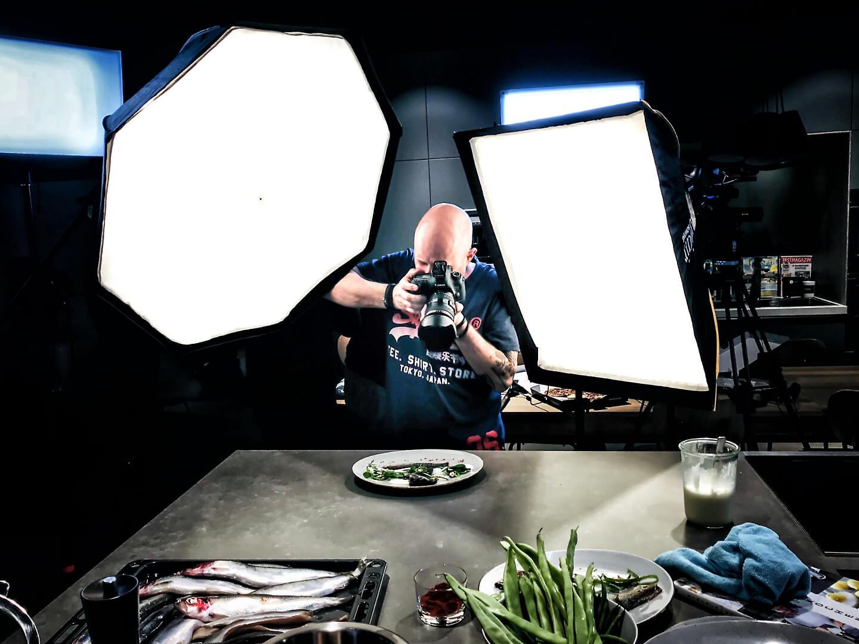 Fotograf Florian Läufer beim Fotografieren des angerichteten Tellergerichts