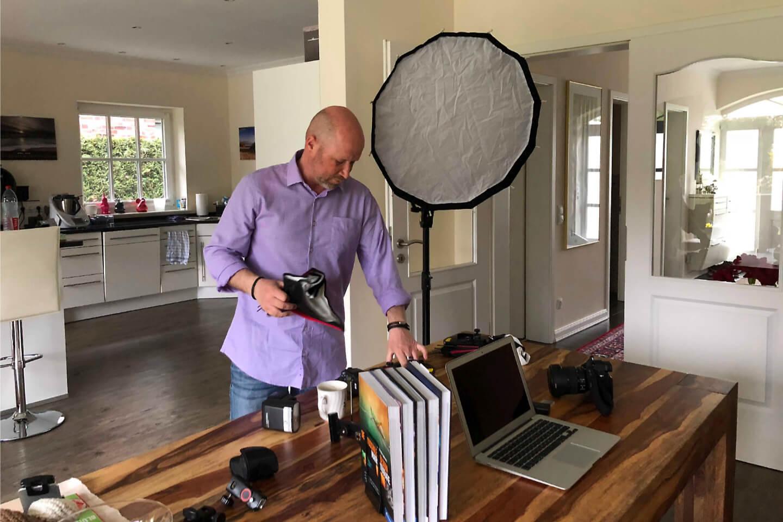 Der hamburger Fotograf Florian Laeufer beim Aufbau des Setups für ein Homeshooting