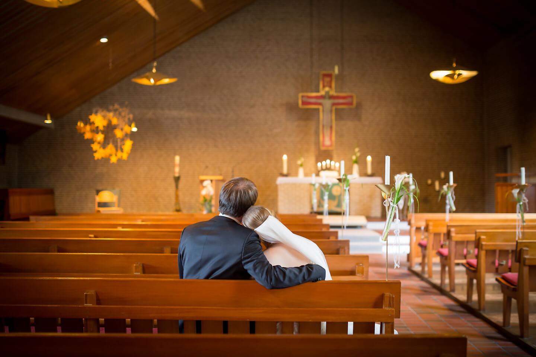 Hochzeitspaar in der leeren Kirche während einer Hochzeitsreportage von Hochzeitsfotograf Florian Läufer fotografiert