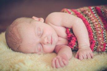 Schlafendes Baby beim Neugeborenen-Shooting