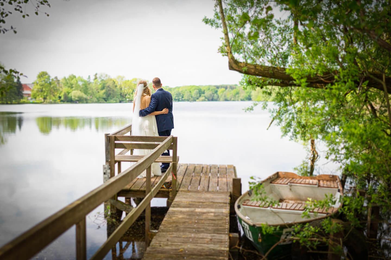 Hochzeitsfoto am Großensee auf dem Steg vom Strandhus