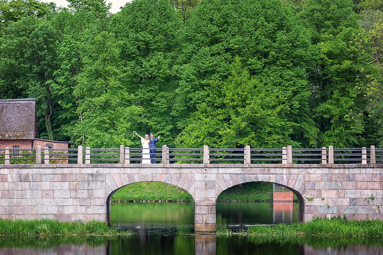 Hochzeitspaar auf der Brücke über den Schlossgraben in Ahrensburg