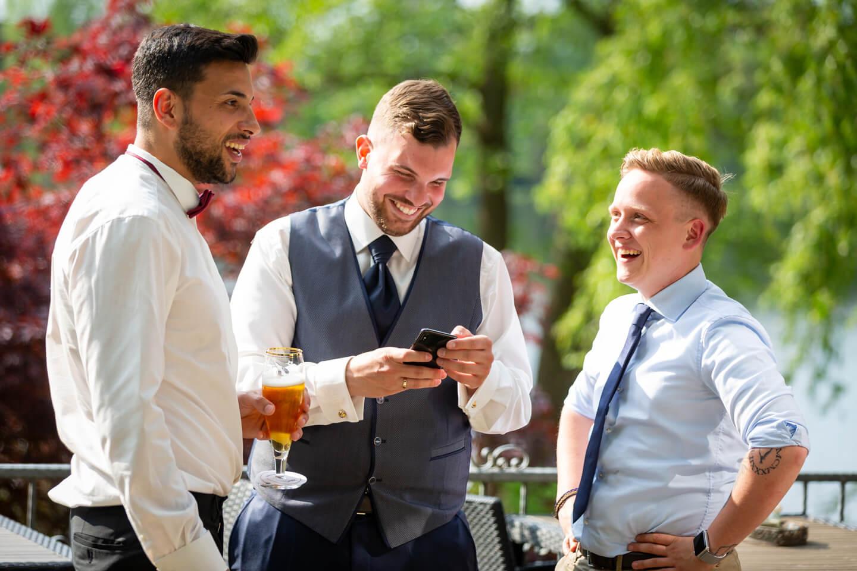 Bräutigam mit Freunden während der Hochzeitsfeier im Strandhus am Grossensee