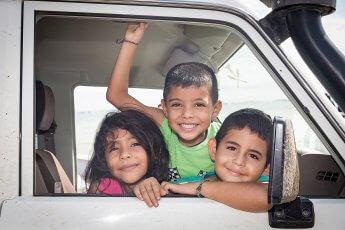 Drei fröhliche Kids, die ich während einer Fotoreise in Panama fotografiert habe