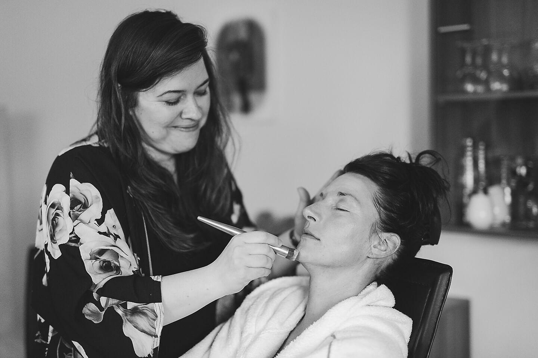Make up und Beauty Coach Michelle bei der Arbeit