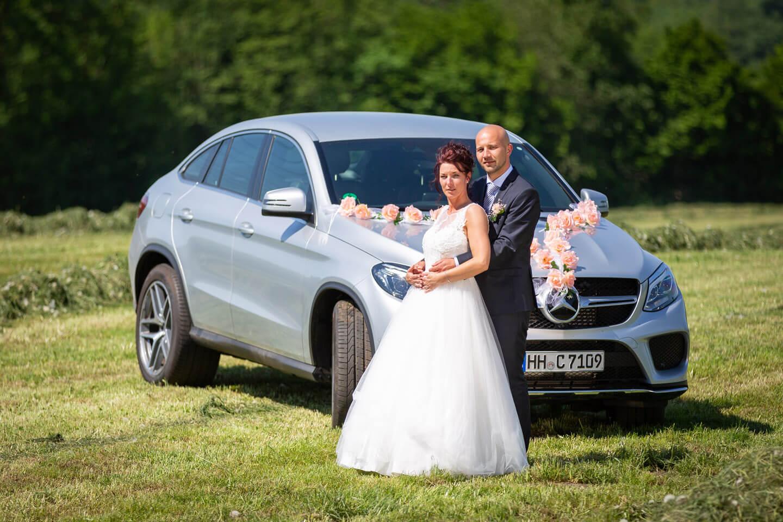 Hochzeitsfoto mit Hochzeitsauto Mercedes