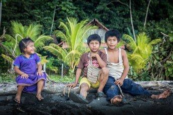 Reisefotografie - Kinder an einem versteckten Strand in Panama