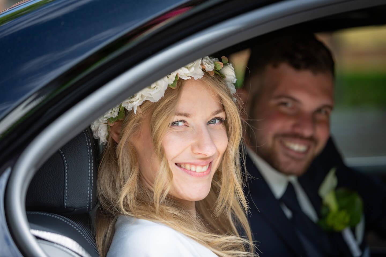 Hochzeitspaar im Hochzeitsauto