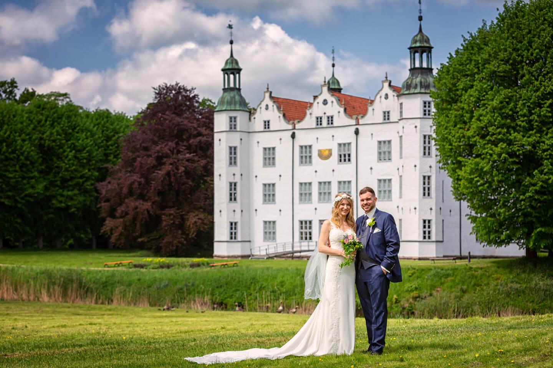 Hochzeitsfoto vor dem Ahrensburger Schloss