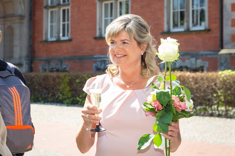 Braut vor dem Standesamt Harburg