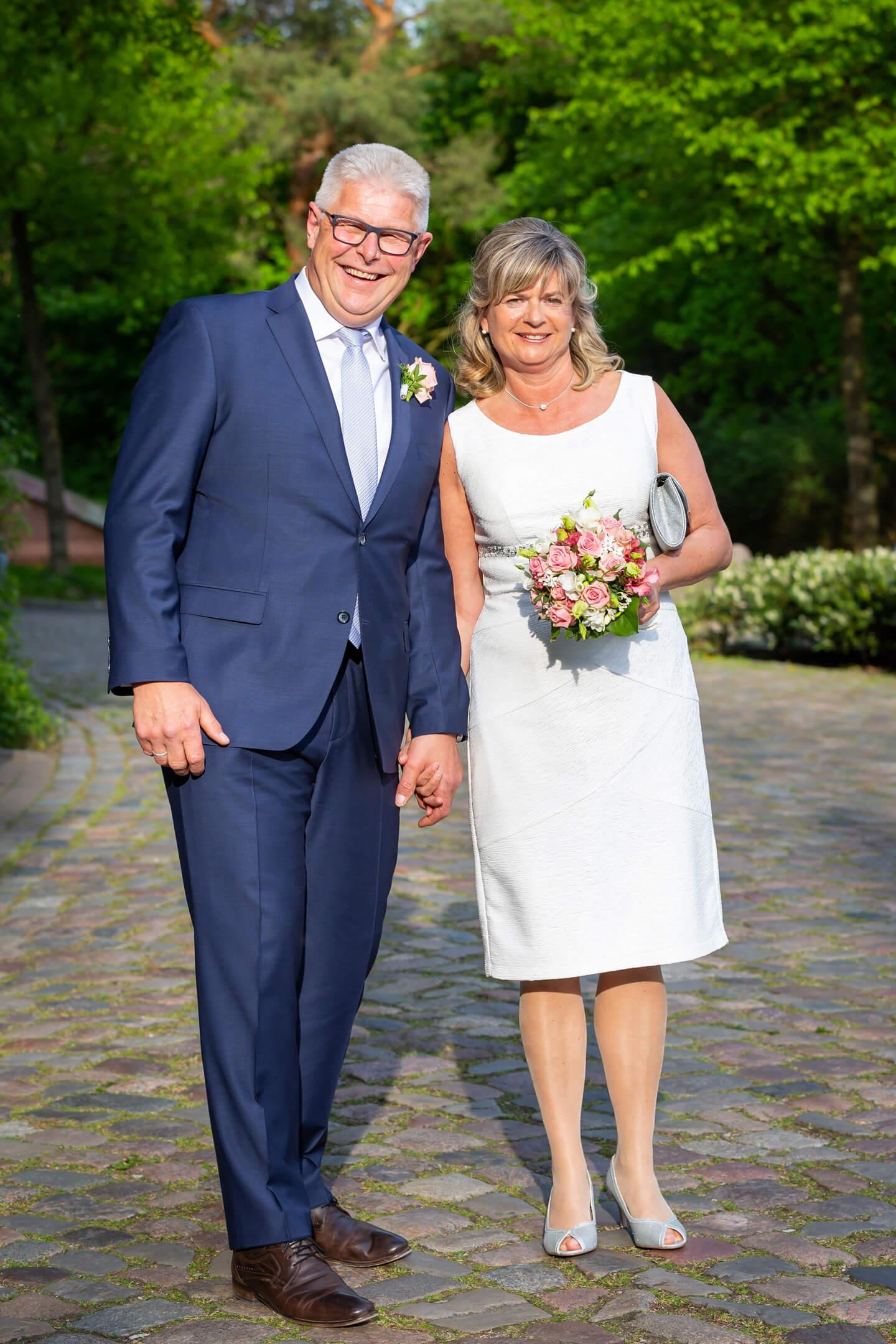 Brautpaar trifft an der Hochzeitslocation Leuchtturm ein