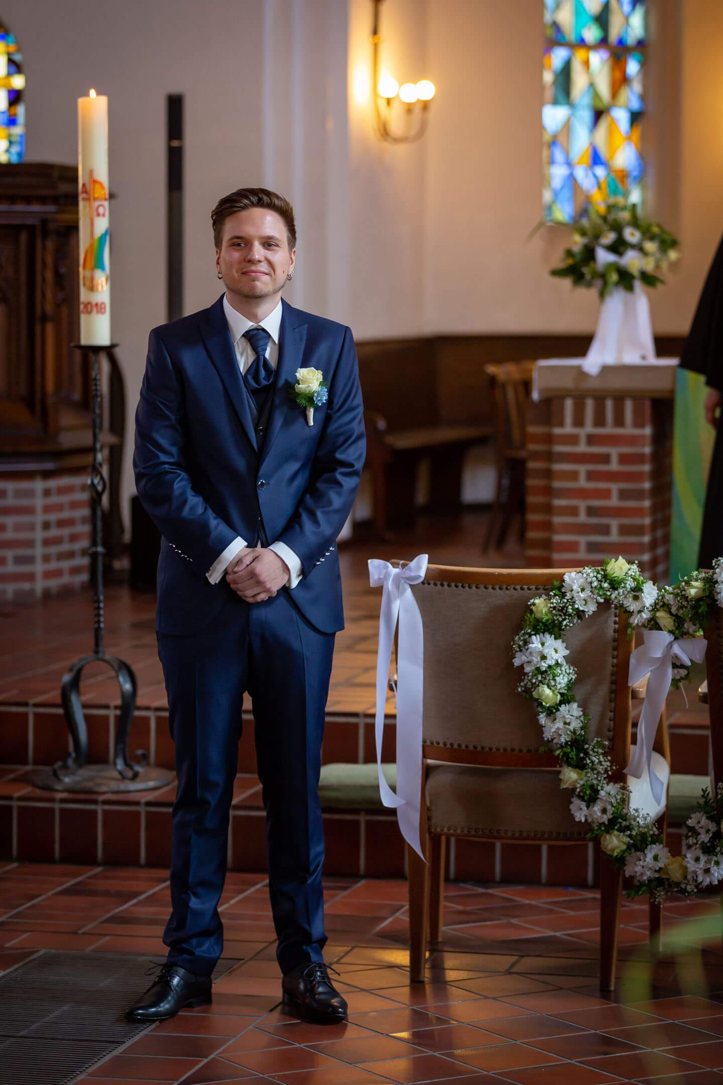 Bräutigam wartet auf seine Braut in der Kirche in Kaltenkirchen
