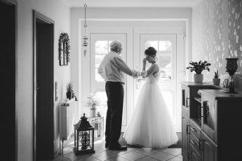 Braut mit Großvater kurz vor der standesamtlichen Trauung in Henstedt-Ulzburg