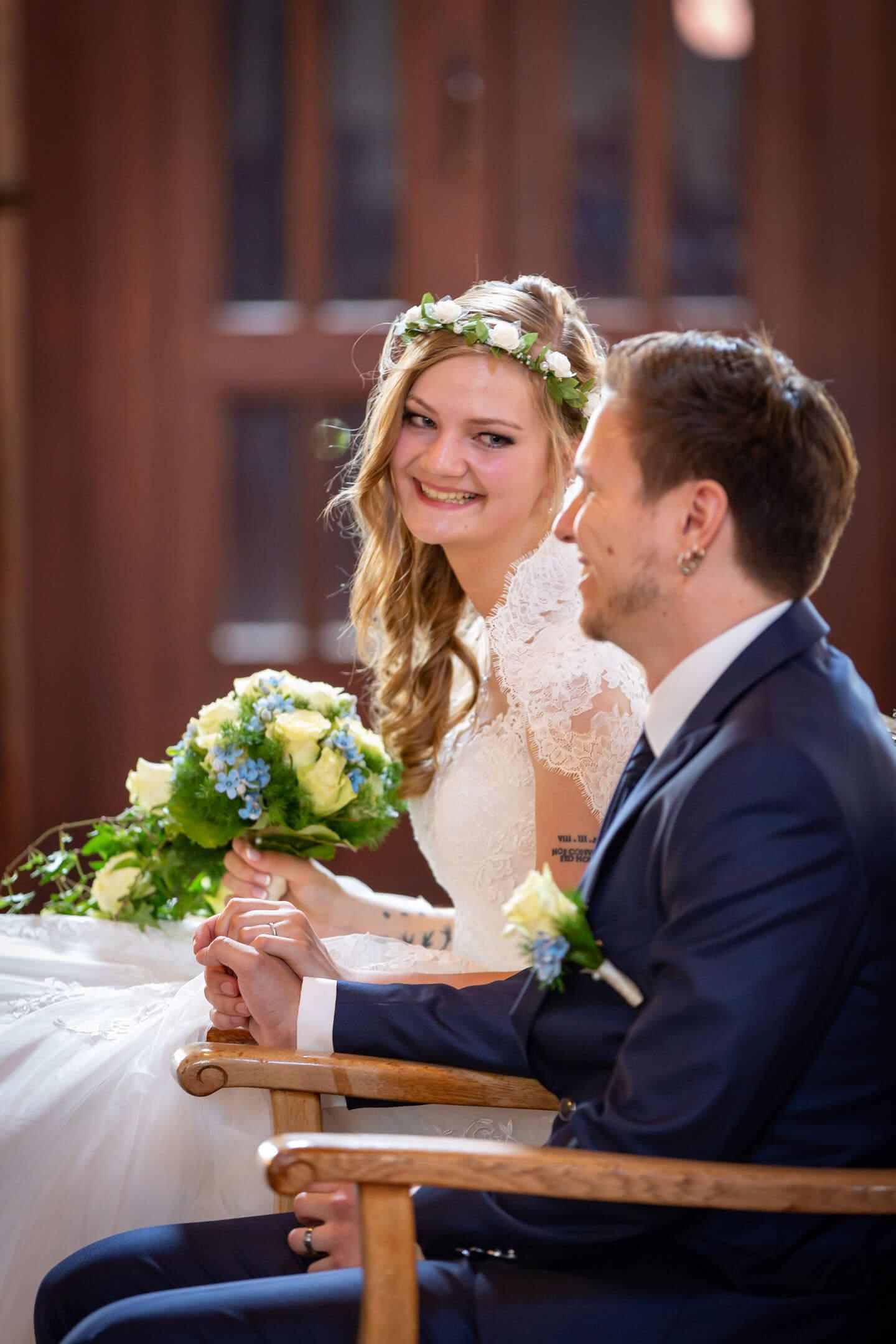Braut schaut Bräutigam verliebt an während der Trauungszeremonie