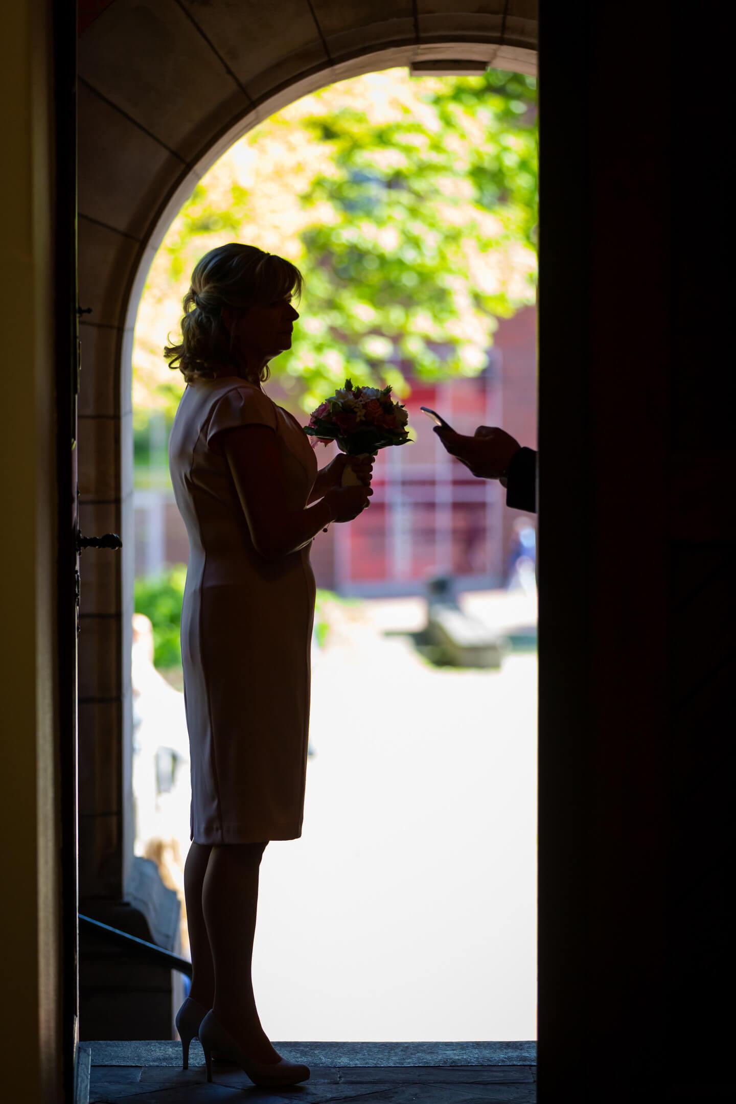 Braut wartet im Eingang vom Standesamt Harburg