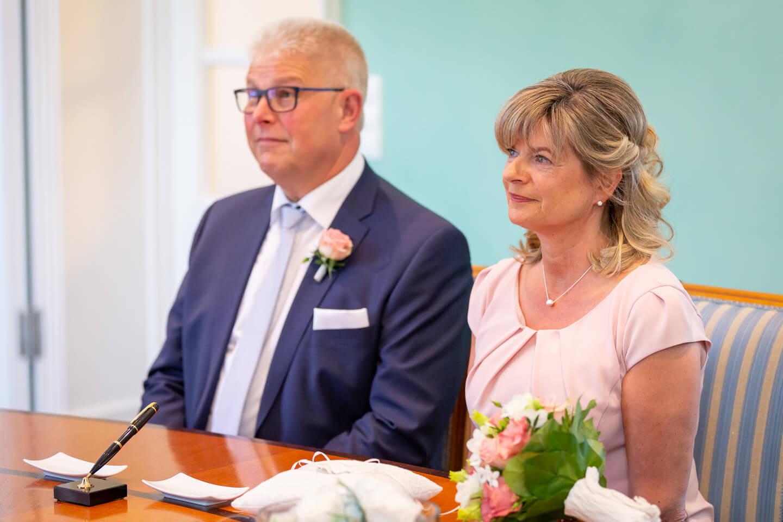 Hochzeitspaar im Trauzimmer vom Standesamt Harburg