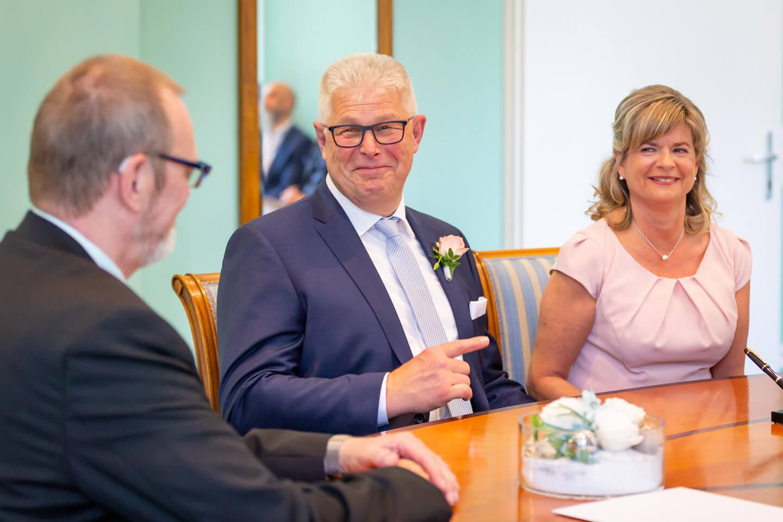 Brautpaar und Trauzeuge im Standesamt