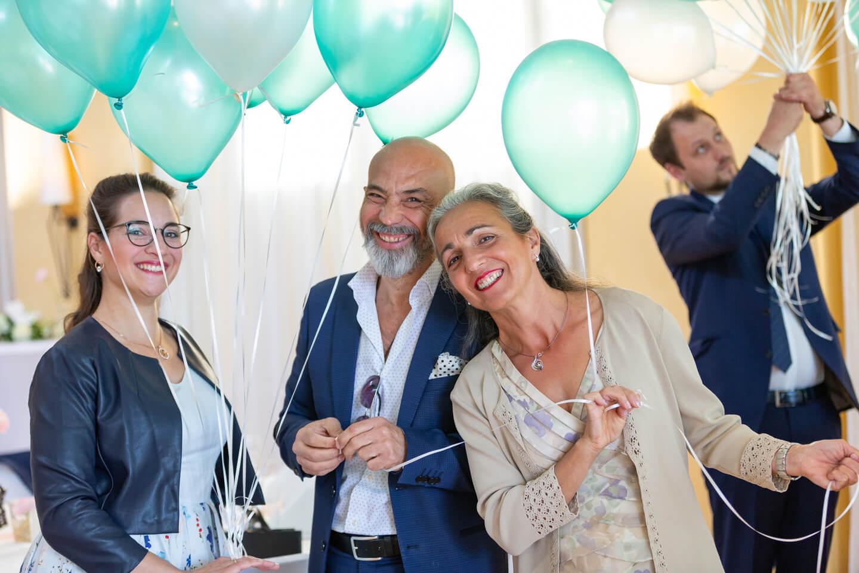 Gaeste praeparieren Luftballons für das Hochzeitspaar