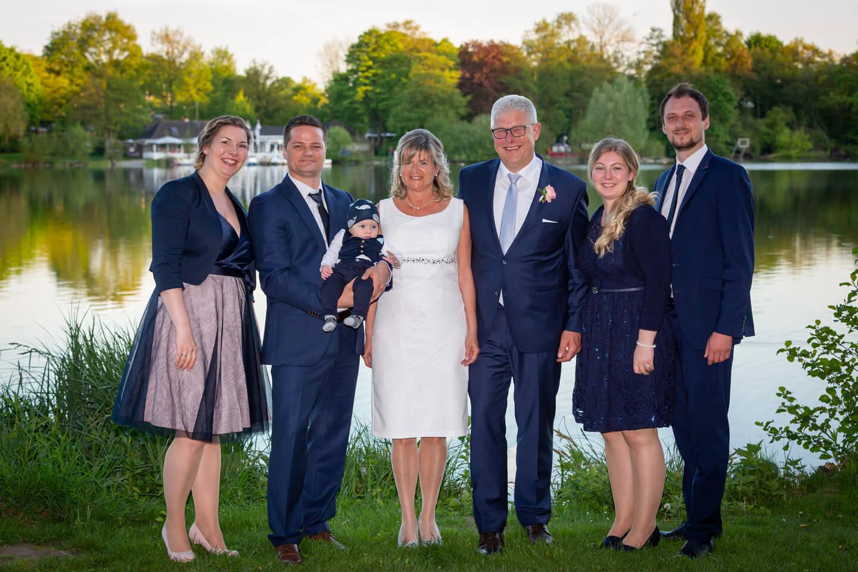 Gruppenfoto bei Hochzeitsfeier an der Außenmühle Harburg