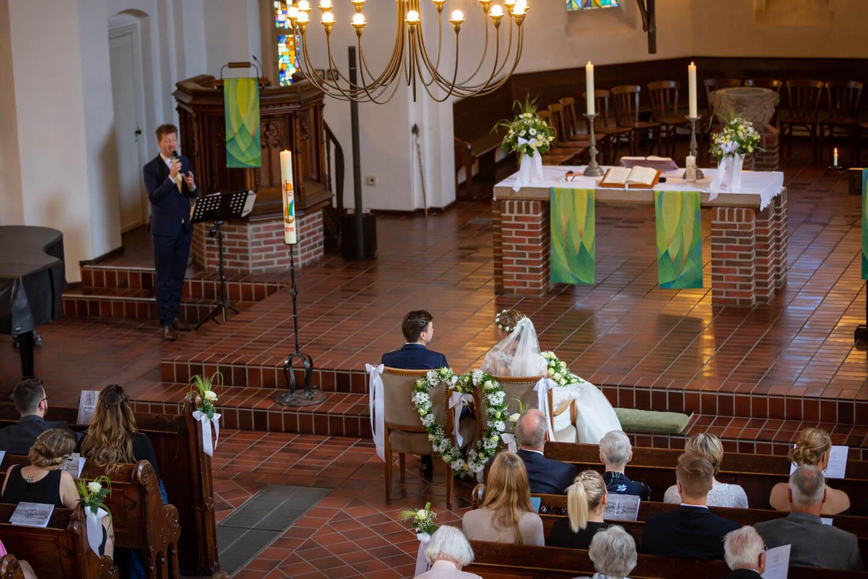 Hochzeitssinger und Brautpaar in der Michaeliskirche