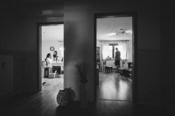 Getting ready bei einer Hochzeitsreportage mit gleichzeitigem Blick in zwei Zimmer
