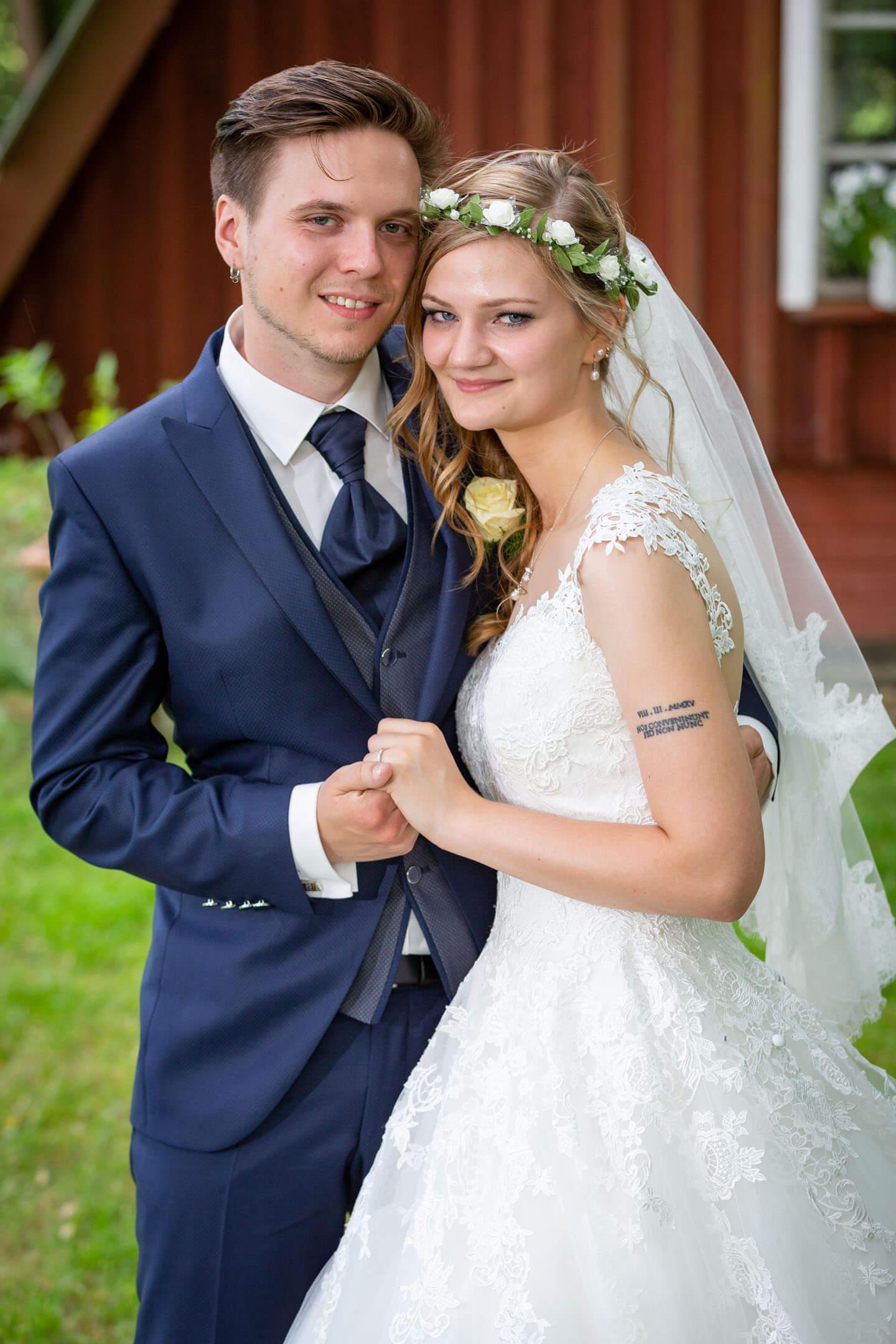 Junges Brautpaar beim Hochzeitsshooting