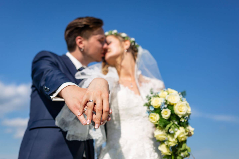 Der Fokus ist bei diesem Hochzeitsfoto auf die Trauringe gelegt