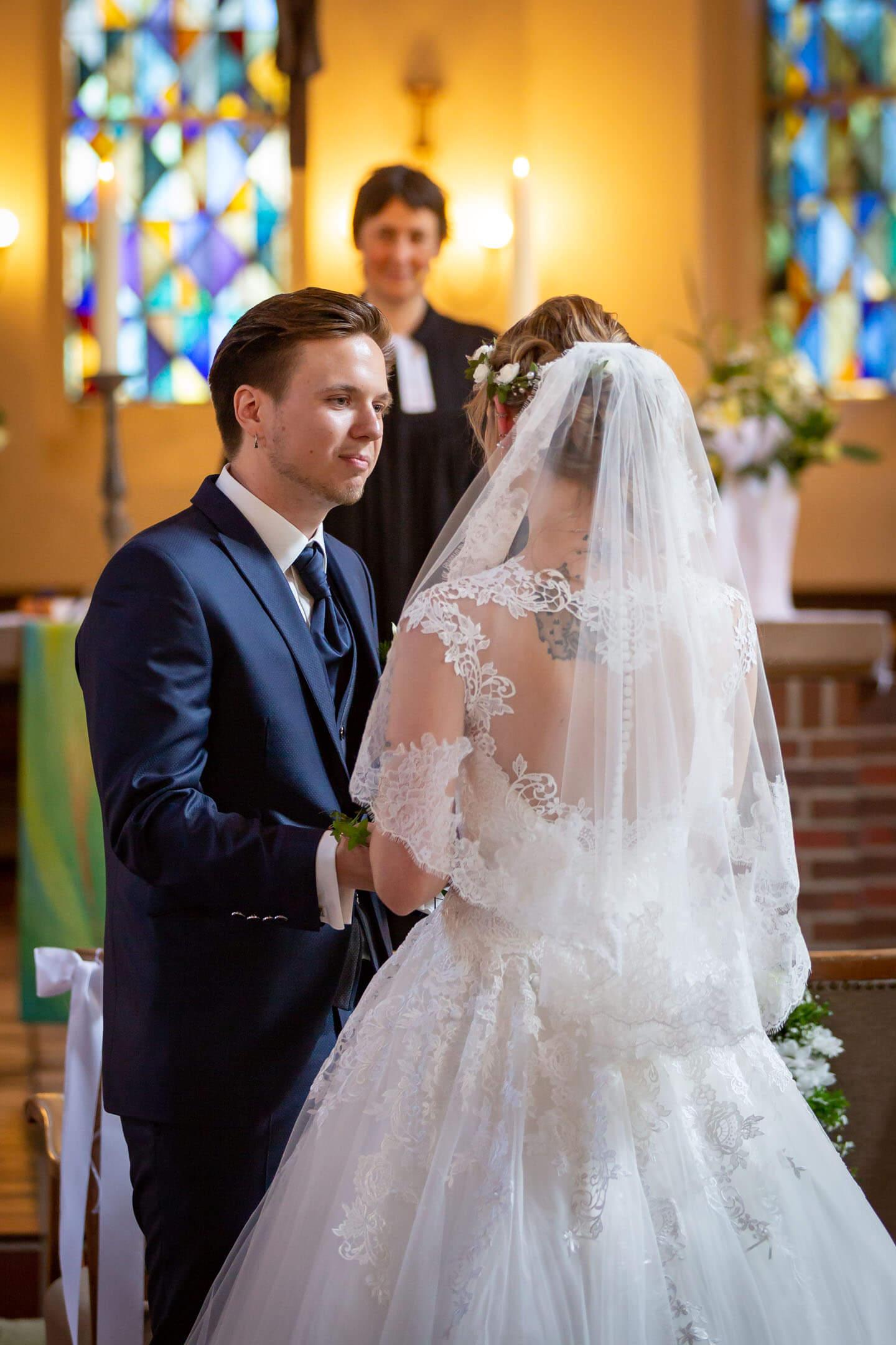 Brautpaar während der Trauung in der Michaeliskirche