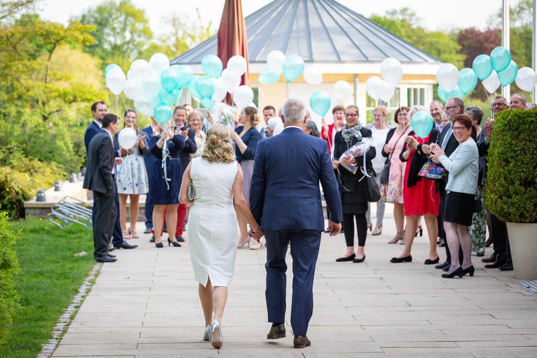Hochzeitsgesellschaft empfaengt Hochzeitspaar an der Außenmuehle