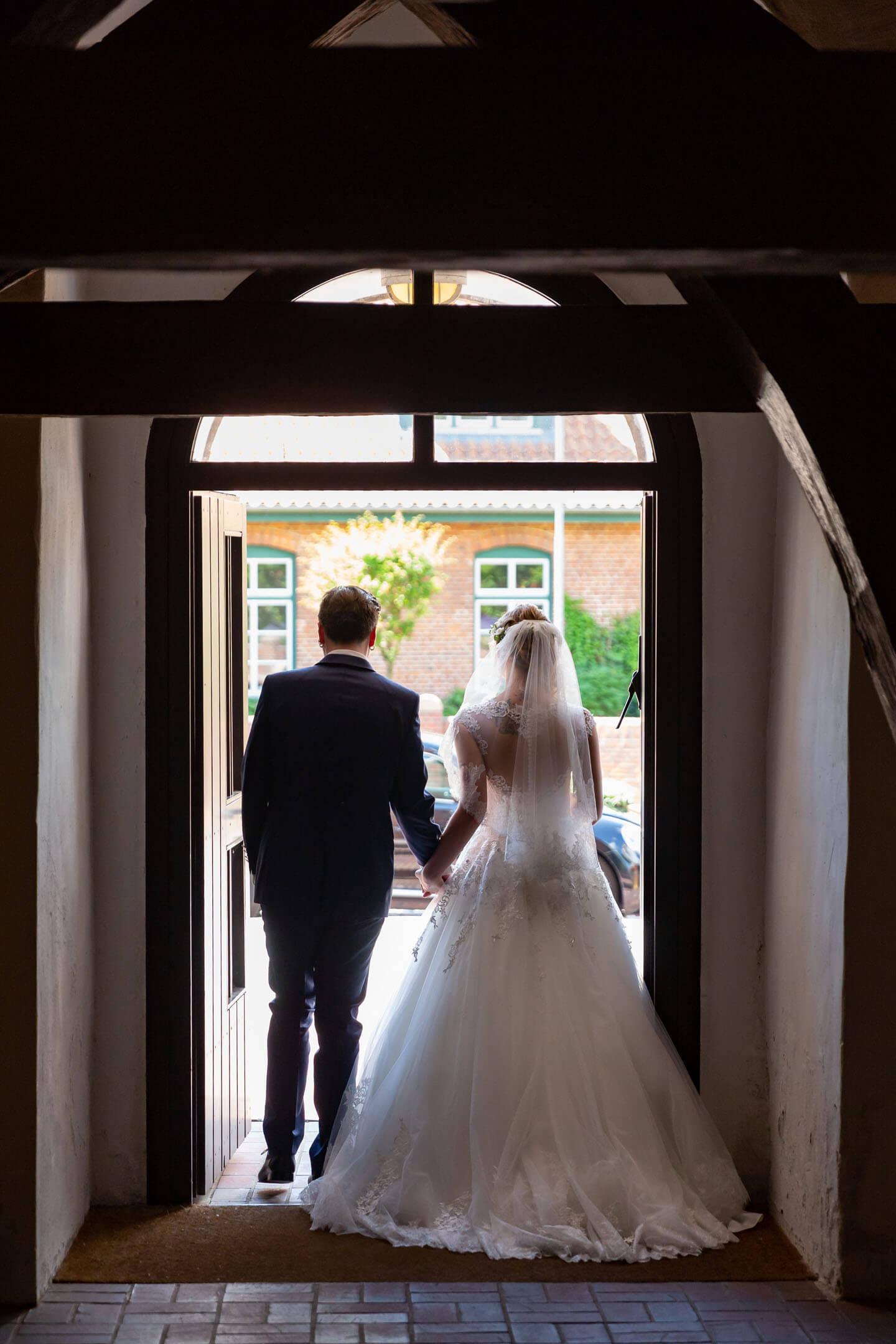 Das Brautpaar verlässt nach der Trauung die Kirche