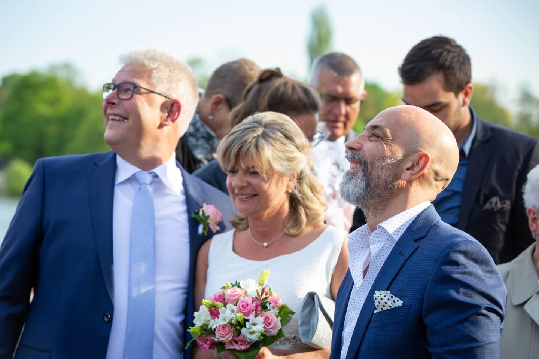 Hochzeitsgäste blicken den aufsteigenden Luftballons hinterher
