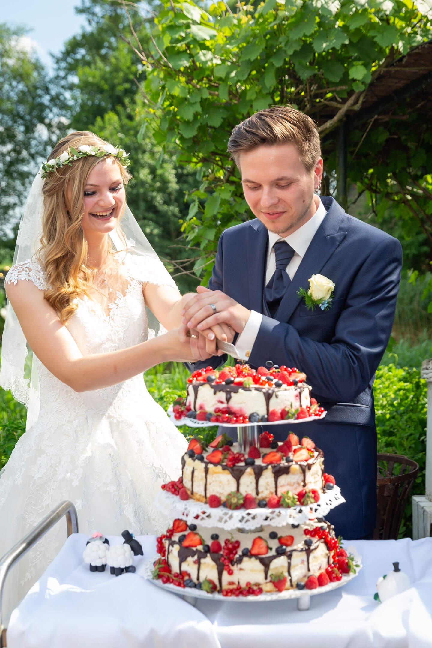 Anschnitt der Hochzeitstorte bei einer ganztägigen Begleitung als Hochzeitsfotograf