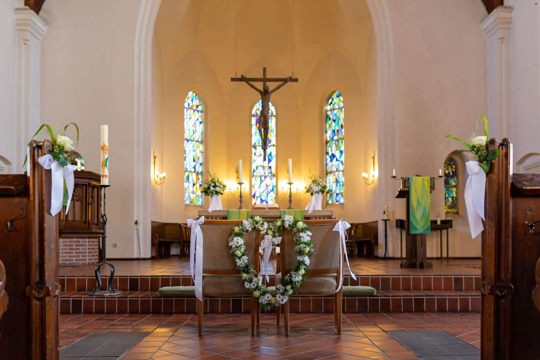 Geschmückter Traualtar in der Michaeliskirche