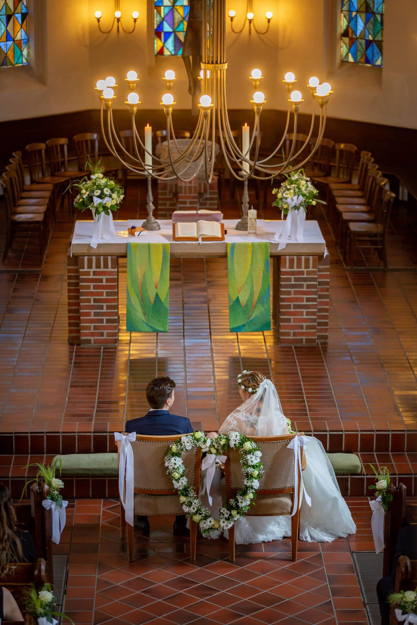 Hier hat der Hochzeitsfotograf von der Ampore das Hochzeitspaar während der Trauung fotografiert