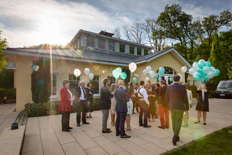 Hochzeitslocation Außenmühle im Gegenlicht der untergehenden Sonne