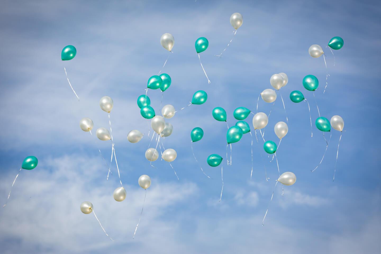 Aufsteigende Luftballons die ich während einer Hochzeitsreportage fotografiert habe