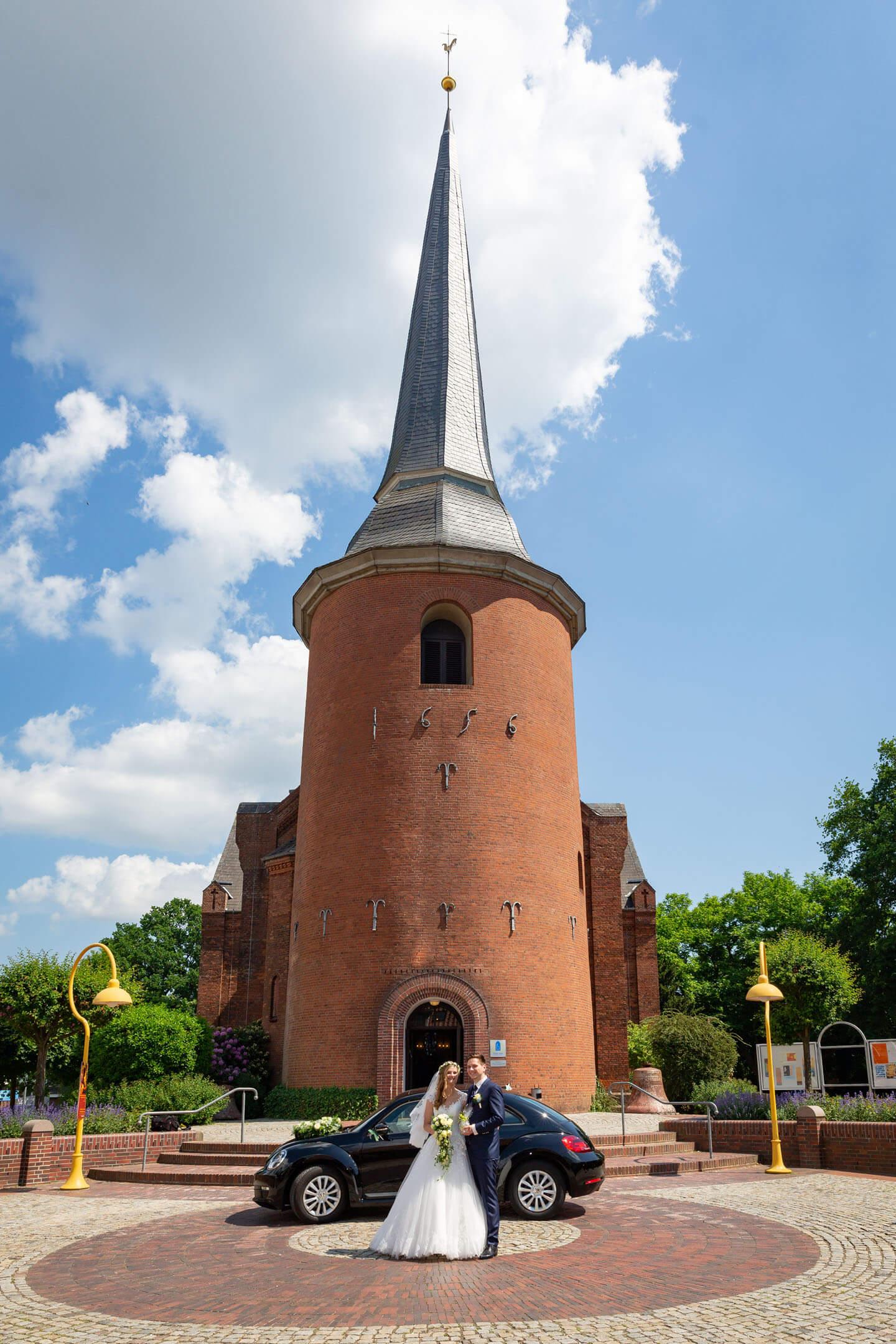 Brautpaar vor der Michaeliskirche in Kaltenkirchen