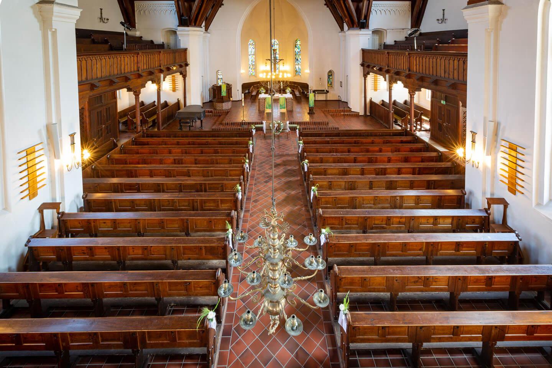 Die leere Michaeliskirche mit ihren Holzbänken